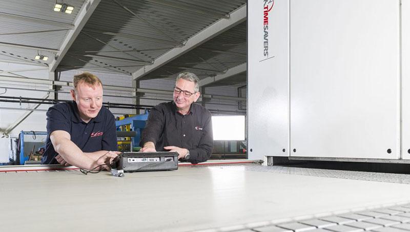 Maschinen- und Schleifwissen wird ständig von den Spezialisten von Timesavers und Van Geenen ausgetauscht.