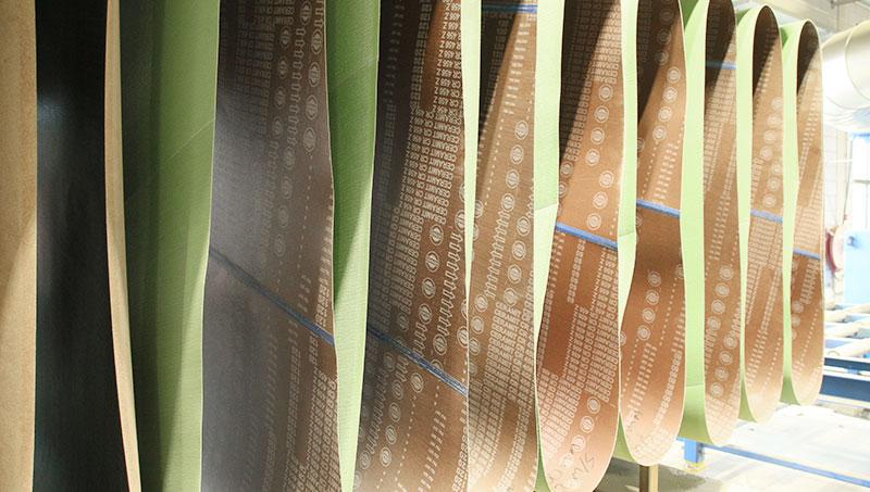 Große Schleifbänder bis 2 Meter Breite zum mechanischen Schleifen von Edelstahlplatten und anderen Materialien.